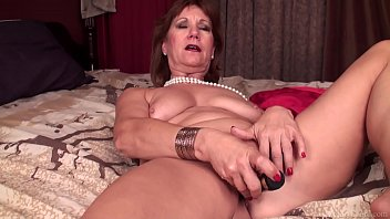 mature lady brook playing with shaved.