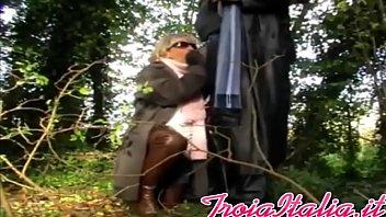 bionda matura nonna pompino con occhiali in foresta.