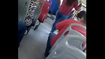 culo  rico en el bus.