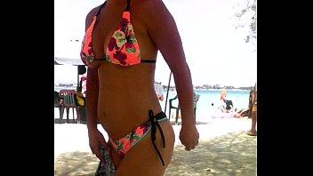 madura muestra culo en la playa