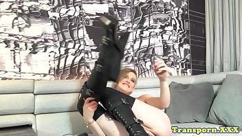 amateur tranny puts vibrator on her.