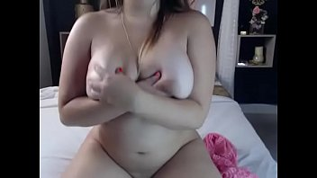 chubby amateur babe plays porn webcam