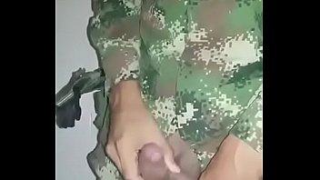 militar sacando leche