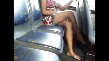 delicia de pernas cruzadas no onibus.