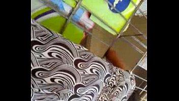 bajo la falda de una boliviana.