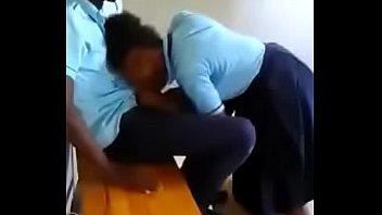 menorcita mamando en la escuela en.