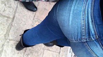 chulada de culo caminando en jeans.