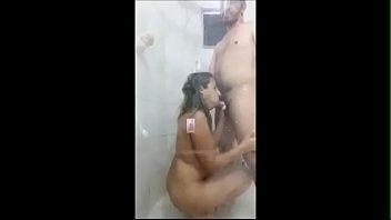 mulher dando uma rapidinha no banheiro.