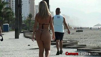 loira tesuda mostra tudo na praia