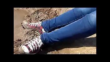 menina adolescente sujando converse de lama teen girl.