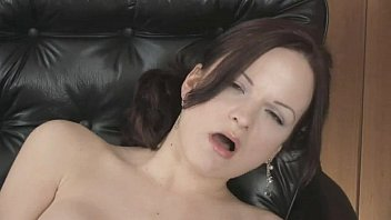 gorgeous beauty uses vibrator to gets.
