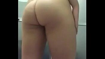 gostosa tirando a roupa no banho