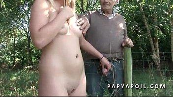 papy rejoint un jeune couple francais a poil.