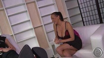 alisha sweet strippt f&uuml_r dich und l&auml_&szlig_t sich.