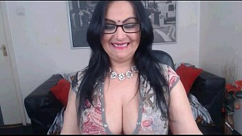 sexy indian aunty with nice cleavage.
