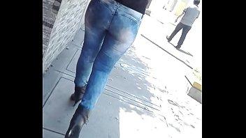 jovencita potona  caminando en jeans