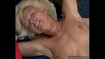 horny mature woman gets her pussy
