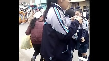 Grabando bajo la falda calz&oacute_ncito cl&aacute_sico a colegiala en el desfile