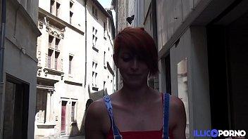 une jeune amatrice rouquine taille une pipe dans.