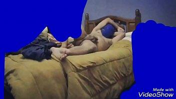 noche calurosa y una paja en la cama.