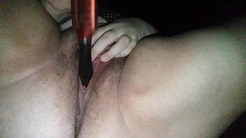 socando o cabo da escova ate.