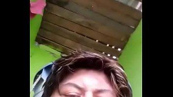 madura masturbandose en el ba&ntilde_o video-1493107362