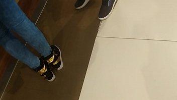 jovencita haciendo fila en ricos jeans.
