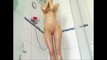 flaca sexy en la ducha