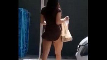 chica en mini falda saliendo del.