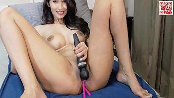 Ꙭ stunning mature and seductive woman enjoy showing.