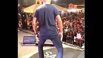 novinho seduzindo no palco de samyra show, rebolando.