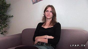 jeune jolie brunette prise en double penetration pour.