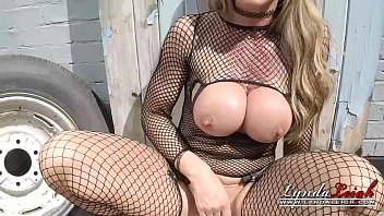 lynda leigh british milf smoking outdoor and pussy.