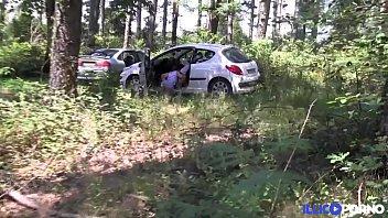leeloo baise un voyeur dans les bois pour.