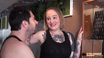 la tatoueuse se fait sodomiser pour se faire pardonner
