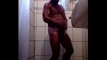 safado tomando banho
