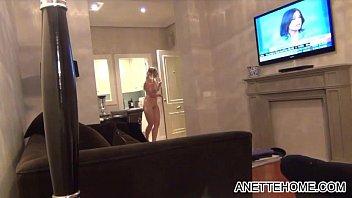 nue devant le room service en direct cam.