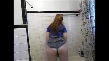 chubby girl bath pee