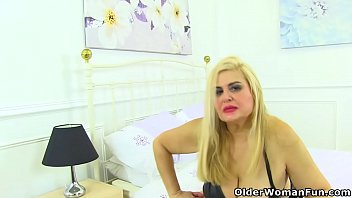 spanish gilf musa libertina stuffs her mature pussy.