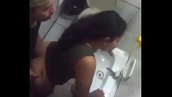 traindo no banheiro do bar