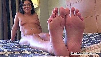 kylie kalvetti performing foot fetish