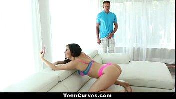 hermosa mujer de pelo negro complaciendo a su marido