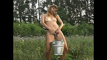 girl pissing in natur