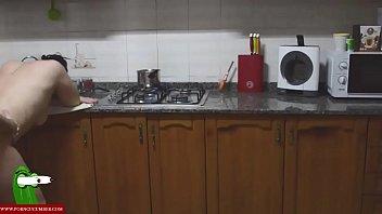 cocinando el platano que el tiene entre las.