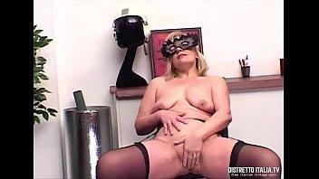 A Simona le piace mostrarsi e pensare che chi la guarda si masturba e sborra per lei