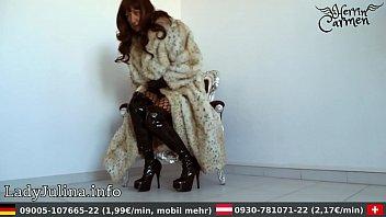 mature herrin carmen traegt pelzmantel fur coat overknee.
