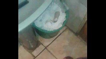 novinho na punheta no banheiro