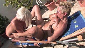 due vecchie milf casalinghe scopano in giardino e.