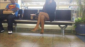 hermosa milf cruzando las piernas bajalo.