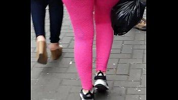madre en calzas rosas con un.